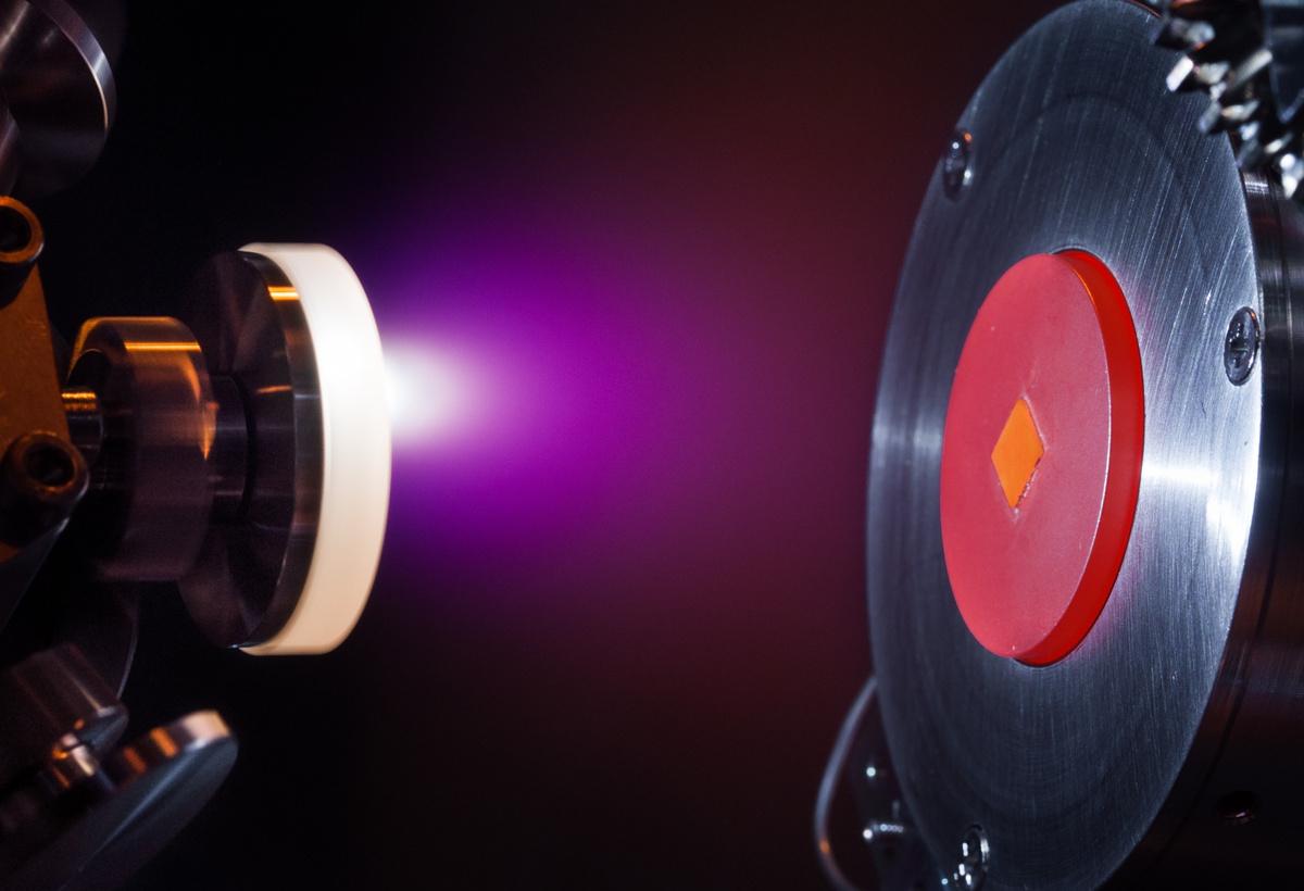 Diamond Raman Amplifier